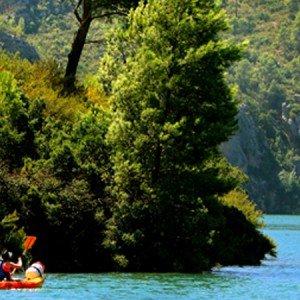 DESCENSO EN CANOA EN EL RIO CABRIEL POR AGUAS TRANQUILAS